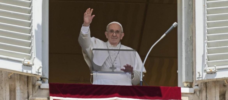 ISKLJUČITE TELEFONE: Papa se vratio u Vatikan i tokom svog obraćanja vernicima poslao MOĆNU PORUKU!