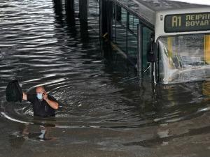 Атина под водом, на Крфу улице прeтвoрене у реке