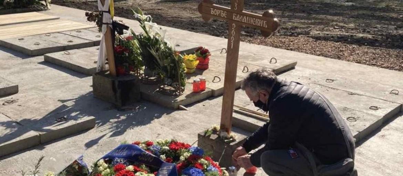 IZMEŠTEN BALAŠEVIĆEV GROB! Fanovi potpuno iznenađeni kada su posetili groblje da  odaju kantautoru poštu!