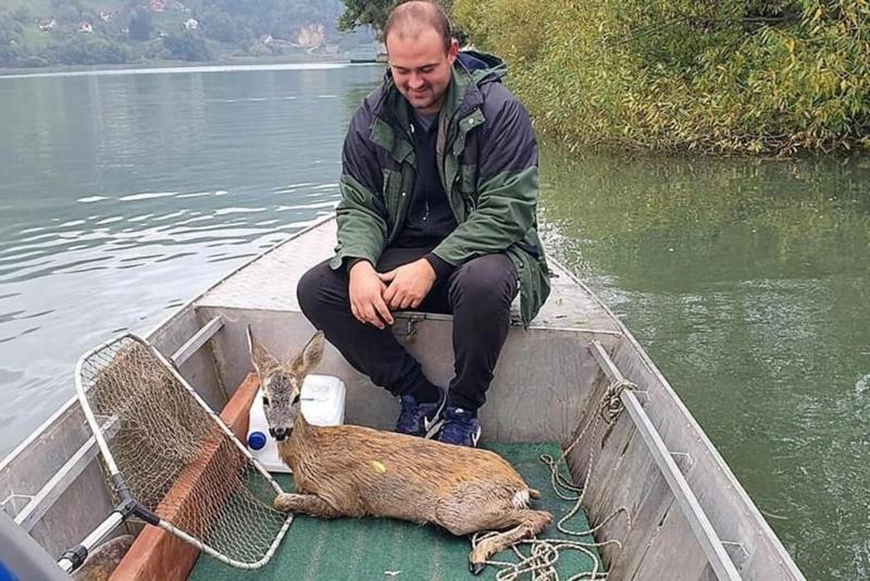 RIBARI SPASILI PROMRZLO LANE IZ JEZERA: Da je ostalo još malo u vodi sigurno bi uginulo! FOTO
