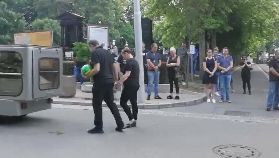 TUŽNA POVORKA NA NOVOM GROBLJU: Sahranjen mali Stefan, više stotina građana došlo da se oprosti (FOTO/VIDEO)