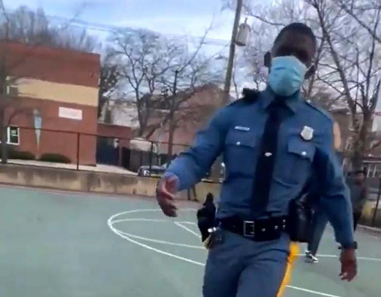 Policajac prišao dečaku, pa nestao bez traga: Ubrzo se vratio, klinac nije verovao šta se dešava! (VIDEO)