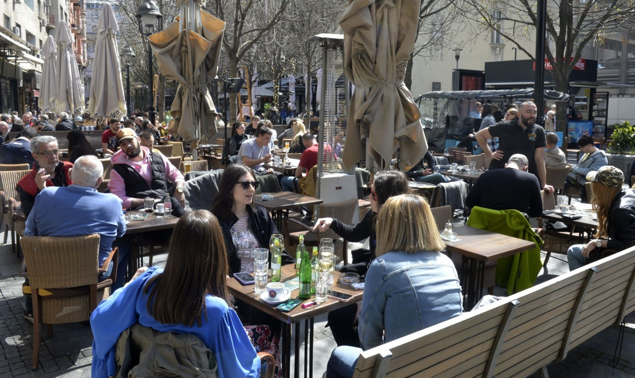 Krizni štab: Kafići i restorani od petka će raditi i u zatvorenom prostoru