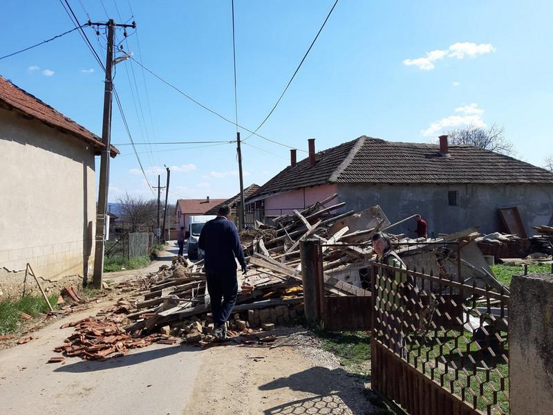 Zbog loše urađenog puta urušila se šupa u dvorištu seoske kuće