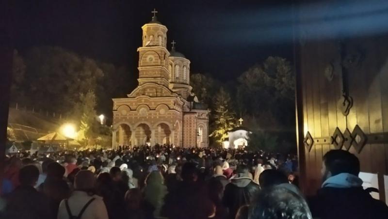 VERNICI SE MOLE KRAJ LEKOVITOG IZVORA: Noć uoči Pokrova Presvete Bogorodice u poznatom manastiru u Đunisu (FOTO)