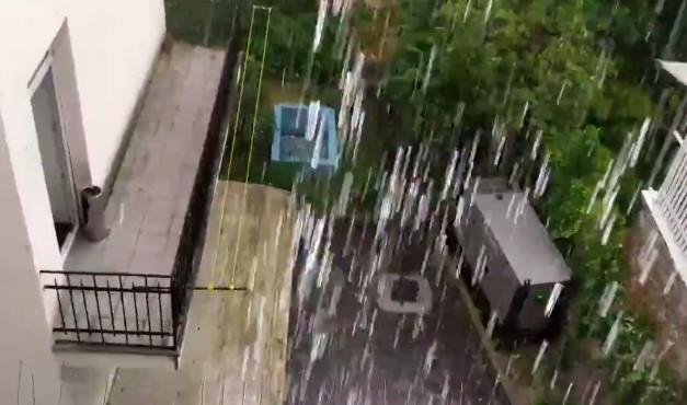 SNAŽNO NEVREME pogodilo Beograd: Tuku kiša i grad, otvorilo se nebo nad prestonicom (VIDEO)