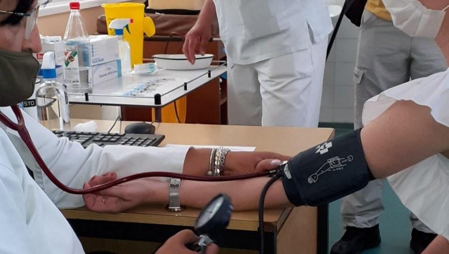 IMUNIZACIJA KOMŠIJA BEZ ČEKANJA: Tuzlaci vakcinisani u Banji Koviljači (FOTO)