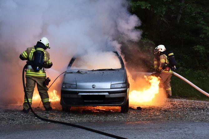 Vozači, samo bez panike: Evo kako treba da se postupite ako vaš auto zahvati plamen