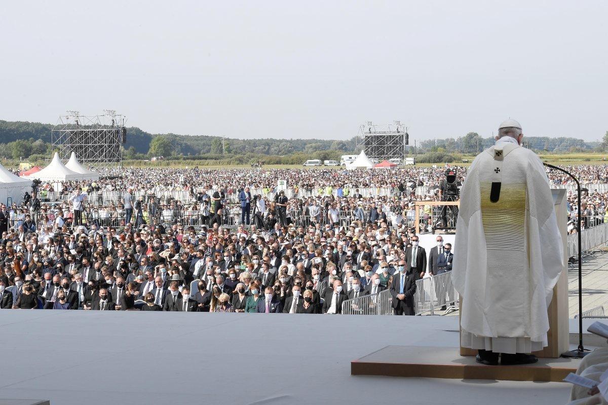 """Papa osudio abortus kao """"ubistvo"""", ponovio i stav o istopolnim brakovima"""