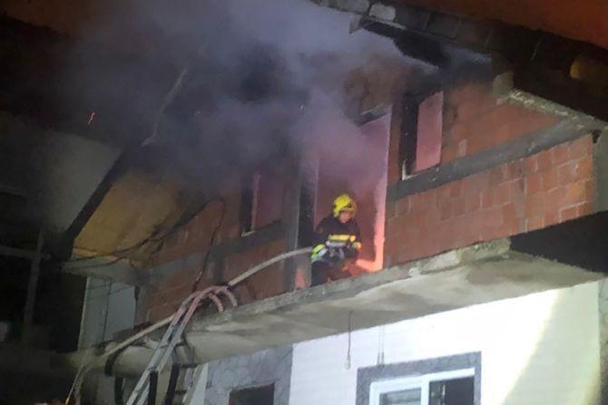 Još jedna vatrena stihija u Novom Pazaru: Zapalila se porodična kuća, ukućani hospitalizovani