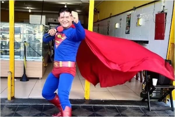 Supermen propo - komičar pokušao da zaustavi autobus koji ga je oduvao