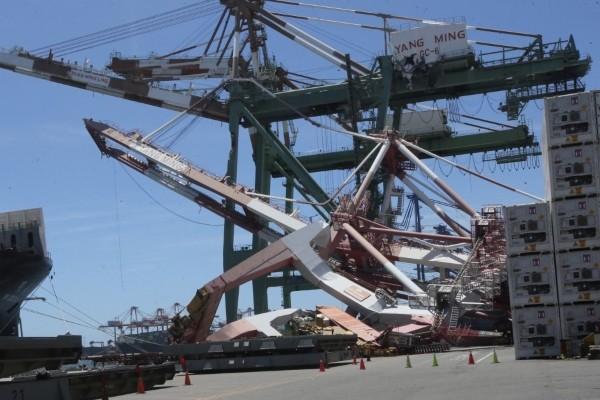 Kran udaren brodom od 86.000 tona izazvao strahovitu štetu tajvanskoj luci