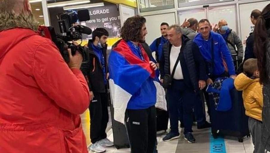 SVETSKI ŠAMPION STIGAO U BEOGRAD: Datunašvilija na aerodromu dočekali trubači