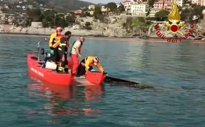 VIDEO: Deo groblja u Italiji se odronio u more zbog klizišta, kovčezi plutaju