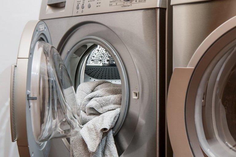 JEDNOSTAVAN TRIK SA PRANJEM VEŠA: Ubacite ovo u mašinu i odeća će biti nikad blistavija