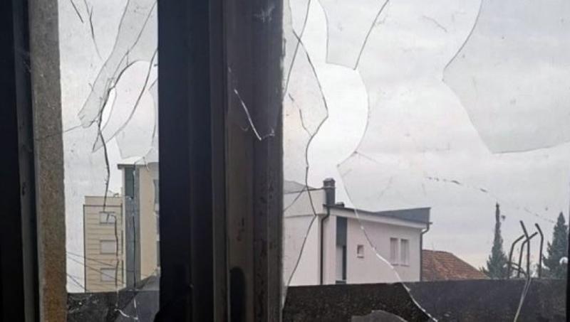 NOVA PROVOKACIJA ALBANACA: Ponovo kamenovana kuća Srpskinje u Peći, polomili joj sve prozore!