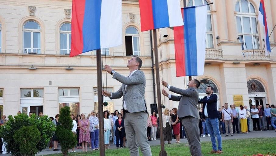 PODIZANJE ZASTAVA I HIMNE SRBIJE I RS: Obeležen Dan srpskog jedinstva u Bijeljini (FOTO)