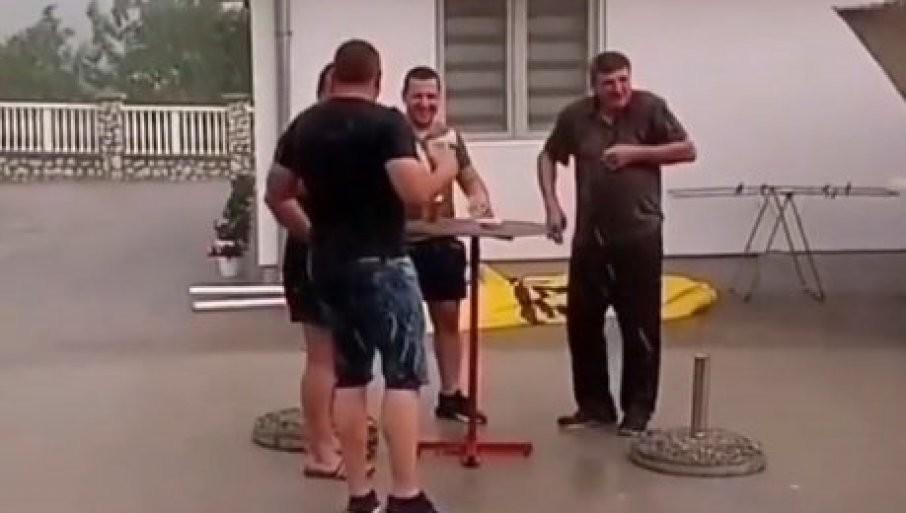URNEBESNA SCENA NA JUGU SRBIJE: Pogledajte snimak veselja po žestokom nevremenu! (VIDEO)