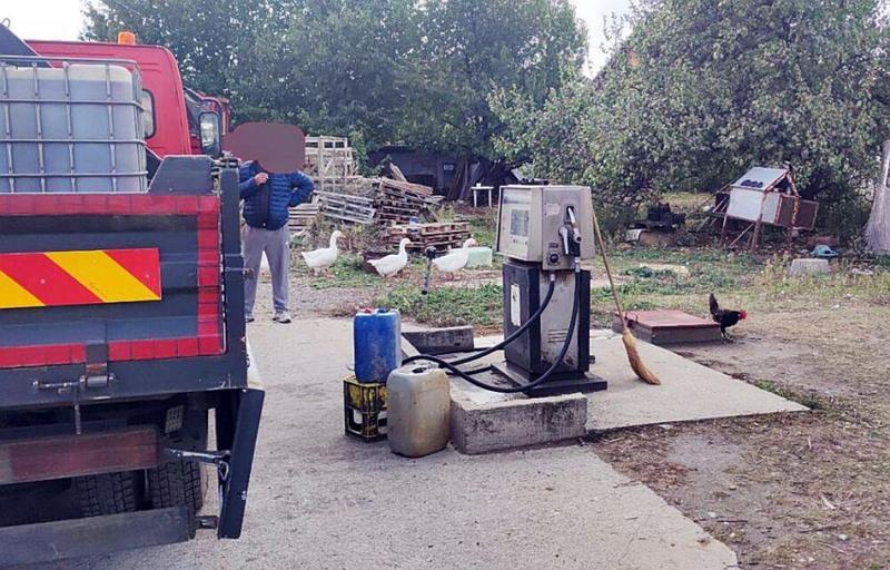 Zemunac u dvorištu ilegalno točio gorivo, skrivao tankere sa naftom i kutije sa lovom