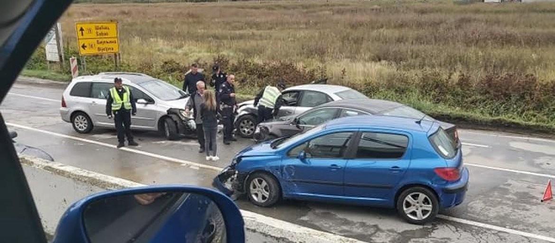 SAOBRAĆAJKA NA IBARSKOJ MAGISTRALI: Povređeni mladić prevezen u UC, automobilu otpao točak
