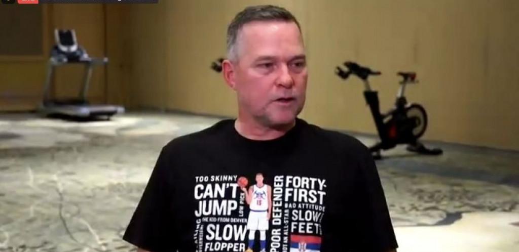 SPOR JE, NE MOŽE DA SKOČI, NE ZNA DA IGRA ODBRANU! Jokićev trener postao hit, evo kako je on proslavio MVP titulu! (FOTO)