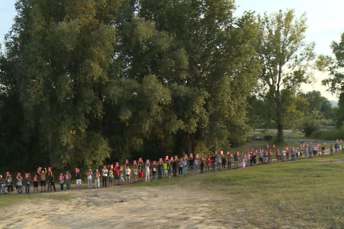 """Živim zidom """"solidarnosti i otpora"""" građani protiv izgradnje Novog Sada na vodi"""