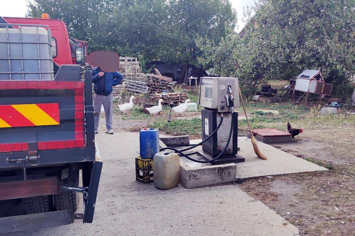 DA ČOVEK NE POVERUJE! PENZIONER DRŽAO DIVLJU PUMPU U ZEMUNU: Točio gorivo u dvorištu, pogledajte kutiju punu para (FOTO)