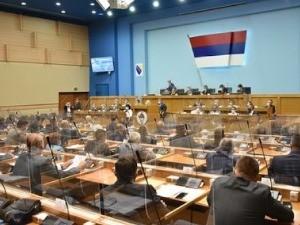 Скупштина РС усвоjила закључак да се одлука о забрани негирања геноцида не примењуjе