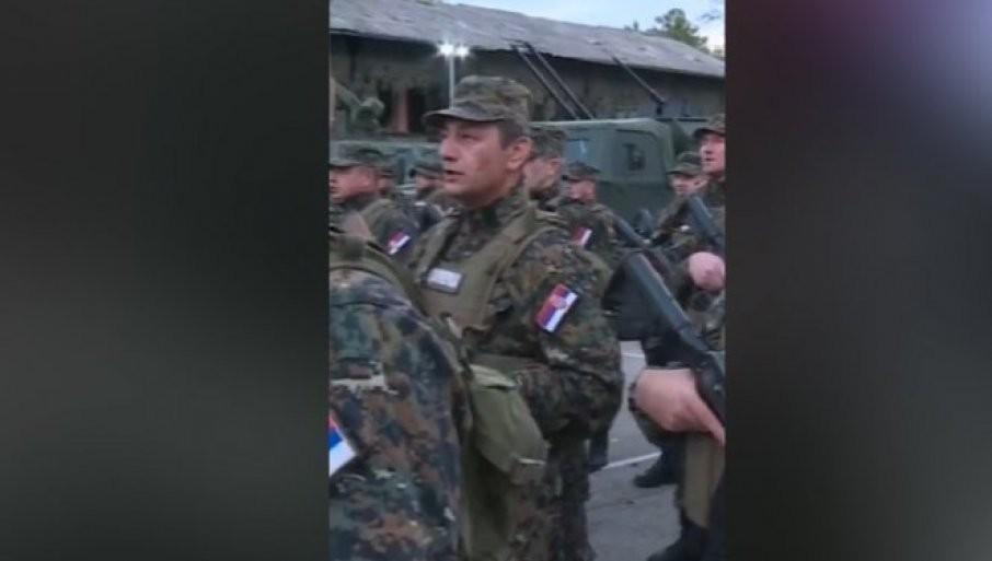 """""""ODLAZIMO NA KOSOVO RAVNO"""": Žandarmerija u Kraljevu peva himnu kosovskih junaka (VIDEO)"""