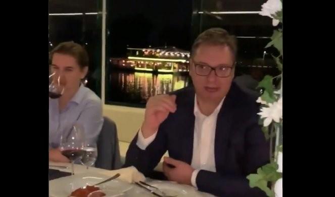 (VIDEO) NEVEROVATNA NOĆ! SRBI I AMERIKANCI PEVAJU O ALABAMI I ZAPADNOJ VIRDŽINIJI! Grenel objavio snimke sa večere na brodu