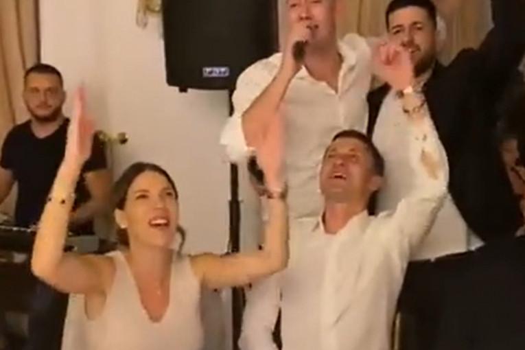 ILIĆ ZAPEVAO, GROBARI PALI U TRANS: Legenda Partizana OVOM PESMOM oduševio navijače (VIDEO)