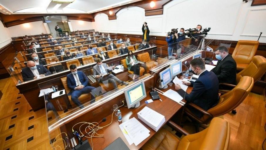 STANJE ODMAKLO KONTROLI U BANJALUČKOJ SKUPŠTINI: Gurnuta Stanivukovićeva stručna saradnica (FOTO)