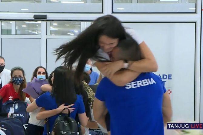 Filmski zagrljaj Milice Mandić i njenog dečka po povratku iz Tokija, sve prštalo od emocija!
