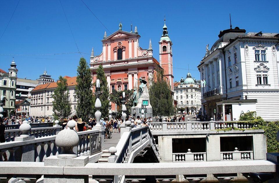 Protest u Ljubljani zbog kovid mera, bakljama na parlament Slovenije