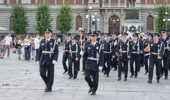 U ČAST PREDAKA! Maestralno izvođenje policijskog orkestra tradicionalnih srpskih pesama! /VIDEO/