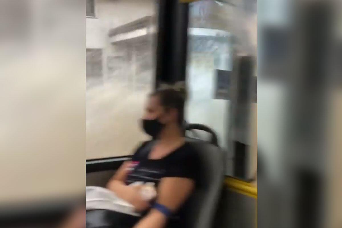KUDA PLOVI OVAJ BROD? Hit scena nakon PROVALE OBLAKA u Beogradu! AUTOBUS SE PRETVORIO U GLISER (VIDEO)
