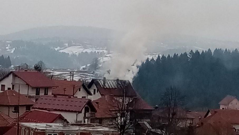 POŽAR U NOVOJ VAROŠI: Vatra zahvatila krov kuće